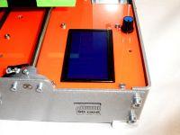 Вид спереди. Дисплей и слот SD-карты